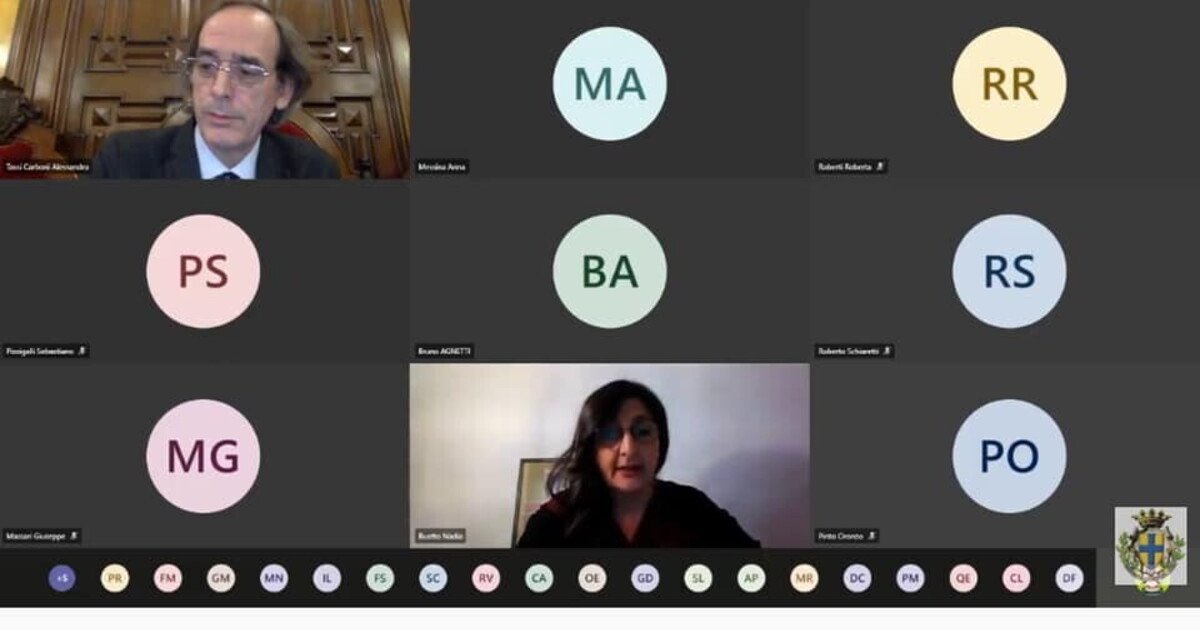 A Parma si parla di violenza di genere, e il meloniano mostra il sedere in streaming