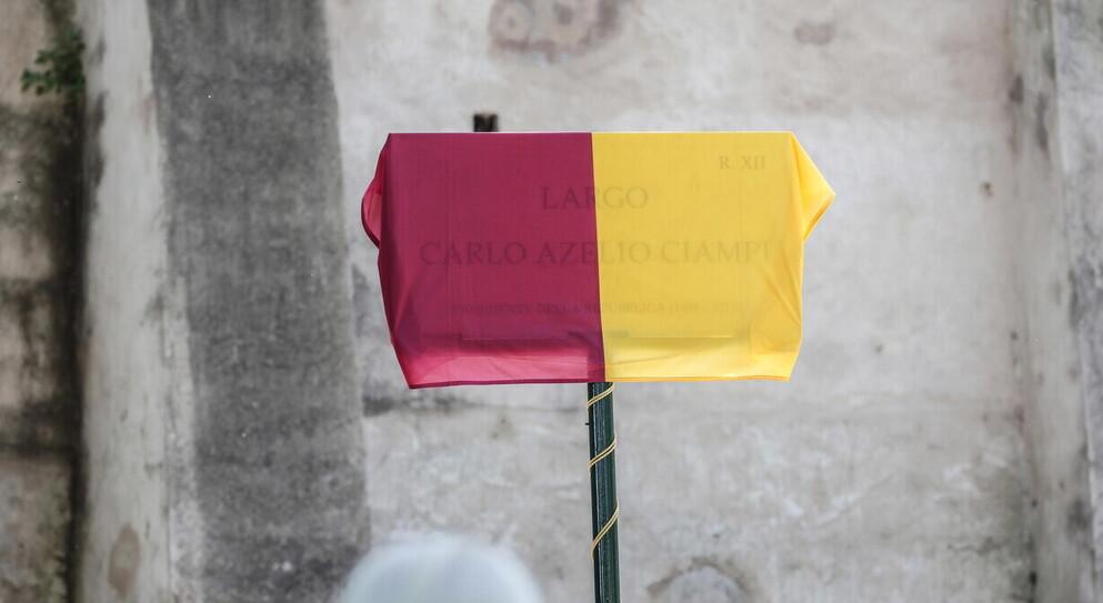 La targa intitolata a Ciampi con il nome sbagliato, segno del pressapochismo del Campidoglio
